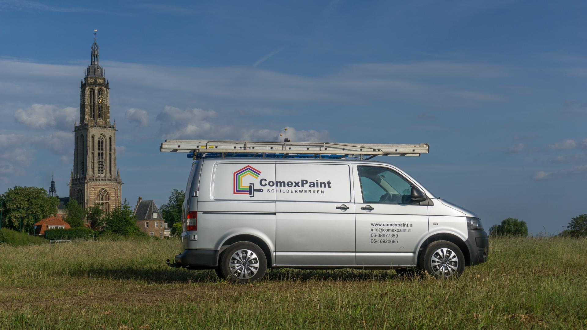 De bus van ComexPaint Schilderwerken met op de achtergrond de Cunerakerk in Rhenen